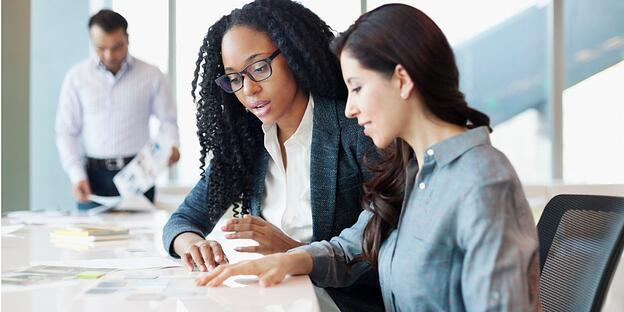 woman-discussing-ideas-with-coworkers-in-office-meeting-picture-id1148560161